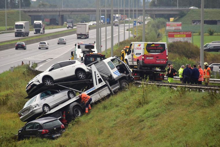 Het gevaarte belandde in de berm naast de snelweg.