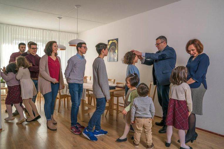 De Italiaanse Patrizia (43) en Massimo (47) Paloni zijn rooms-katholiek en hebben twaalf kinderen. Giovanni (22), Simone (21), Miriam (19), Michele (17), Giuseppe (15), Stefano (13), Anna (11), Ester (10), Debora (8), Elisabetta (7), Sara (4) en Davide (2). Beeld null