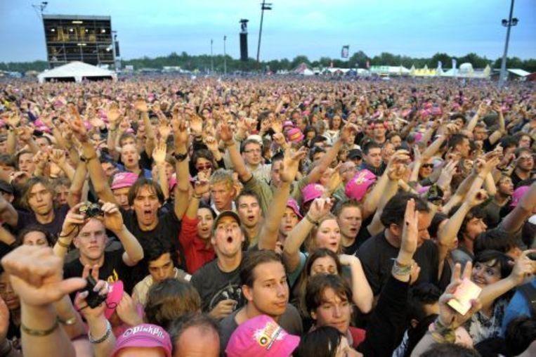 Festivalgangers genieten zondag in Landgraaf van optredens tijdens de laatste dag van de Pinkpop. ANP Beeld