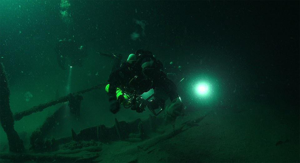 Projectleider Jon Adams speurt de zeebodem af.