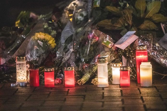 Kaarsen en bloemen op de plek na de stille tocht ter herdenking van de 16-jarige Roan die overleed aan de verwondingen van een steekincident in de Friese plaats.