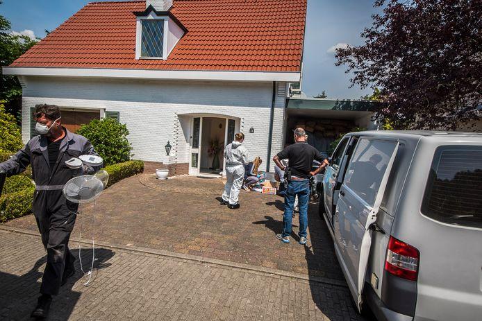 Politiemensen brengen ventilatoren naar buiten bij de zoeking in de woning in Park Broekheurne.
