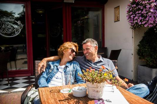 Nicole (50) en Bernhard (62) genieten van elkaar en van het terras van De Kleine Jan in Monster, waar je ver onder het landelijke gemiddelde betaalt.