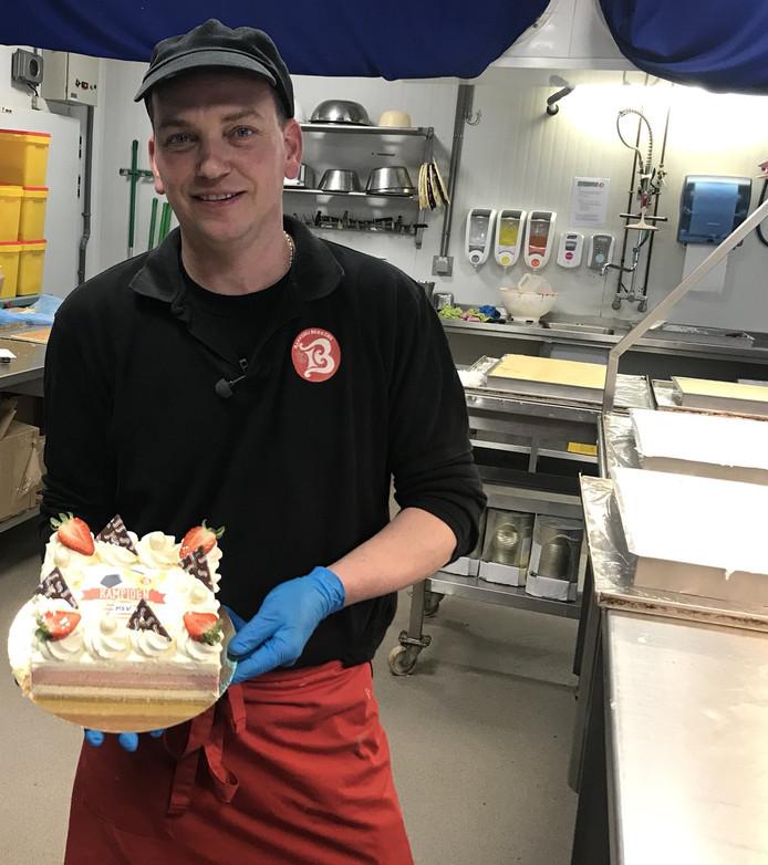 Een van de bakkers met de PSV-taart