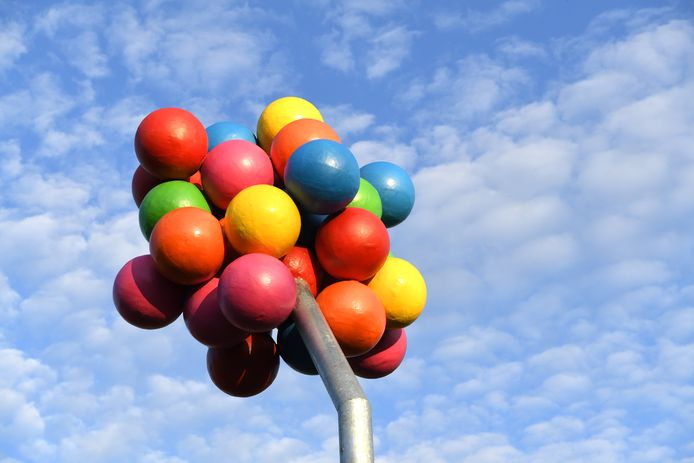 ETTEN-LEUR. Foto Pix4Profs/Jan Stads Er is een nieuw kunstwerk geplaatst in de wijk Banakkers. De officiele onthulling is gecancelled, maar het werk staat al wel heel mooi en fleurig te zijn. Het kunstwerk staat op het grasveld aan de Kerkwerve bij het speelveldje, een paal met een groep ballonnen eraan.