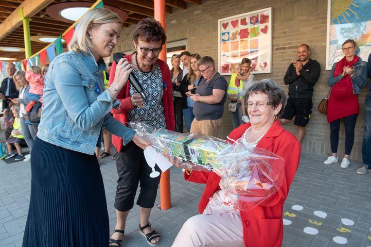 Gaby werd door de nieuwe directrice Jo Debaene uitgezwaaid als busbegeleidster.