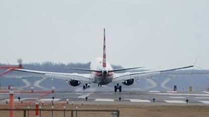 Vliegtuig moet noodstop maken nadat bemanning bewustzijn verliest door chemisch lek