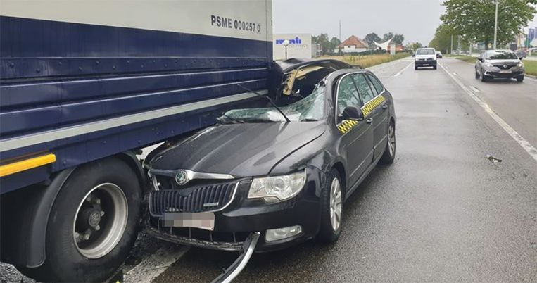 De taxi botste tegen een geparkeerde oplegger langs de rijbaan.