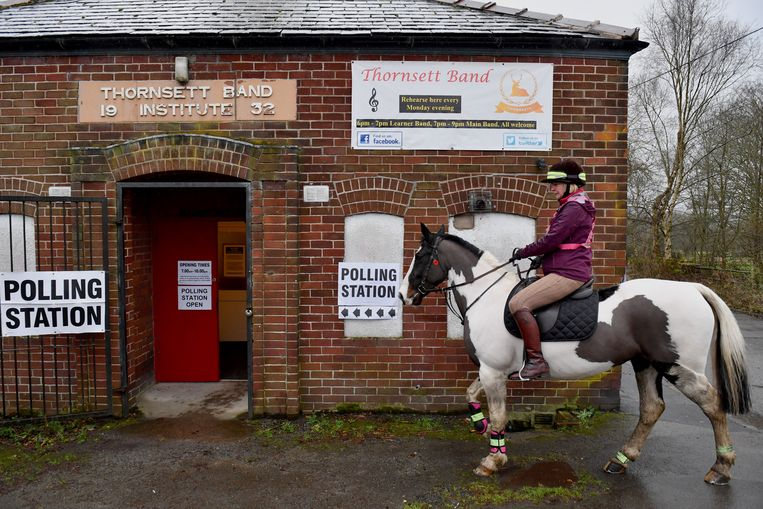 Een vrouw op een paard bij het stembureau in het Britse Thornsett  Beeld Getty Images