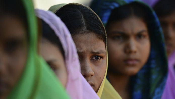 Moslimvrouwen worden gefotografeerd in Maungdow, een dorp vlakbij de grens met Bangladesh. Veel moslims proberen Myanmar te ontvluchten