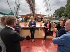 Mona Keijzer bezoekt noodlijdende schippers Bruine Vloot in Kampen