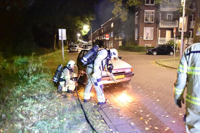 De tweede autobrand in tien minuten vond plaats op de Veerpolderstraat in Arnhem. De brandweer was al ter plaatse voordat de brand zich kon ontwikkelen.
