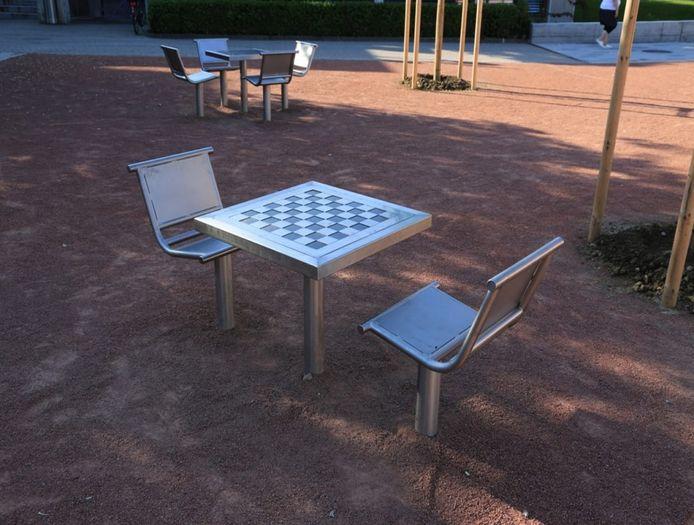 De schaaktafels zoals ze in het Spoorpark komen te staan.