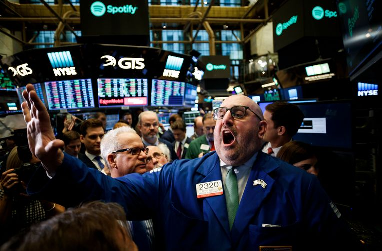 vk epa06643599 Specialist Peter Giacchi announces the start of trading of shares of Spotify at the New York Stock Exchange during the company's Initial Public Offering in New York, New York, USA, on 03 April 2018.  EPA/JUSTIN LANE Beeld EPA