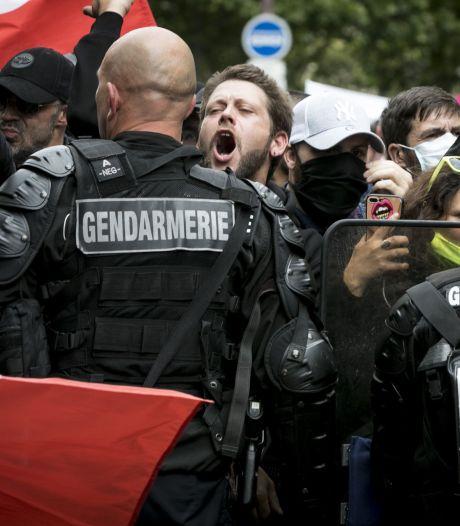 Des policiers pris à partie par des individus lors de la manifestation en soutien au personnel soignant à Paris
