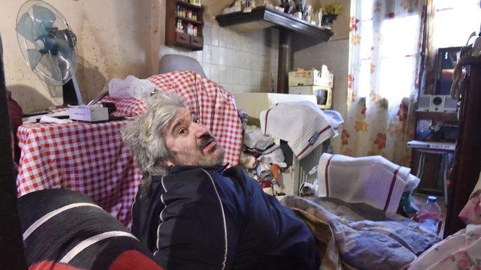 Een gewone evacuatie via de trap was niet mogelijk omdat de 53-jarige Alain Panabière zelfs niet door de deur van zijn slaapkamer raakte.