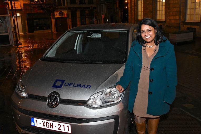 Usha Slambrouck bij haar nieuwe wagen.