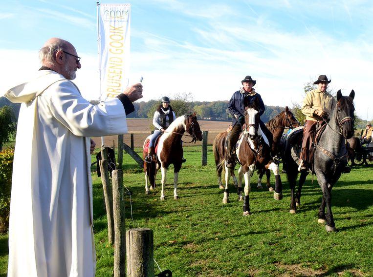 Pater Frits mocht tal van paarden wijden