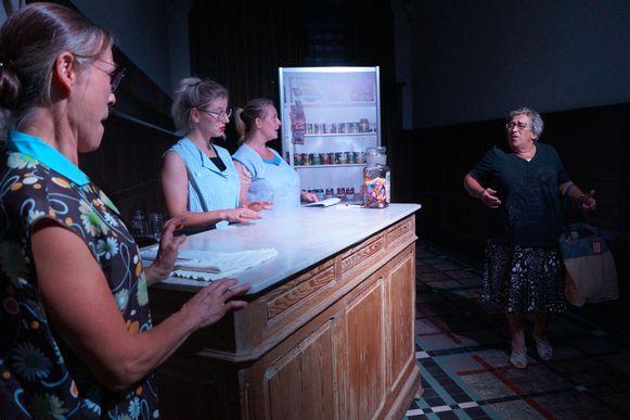 Tielt Vanessentens - Een klant op zoek naar een korset in de winkel van de drie zussen