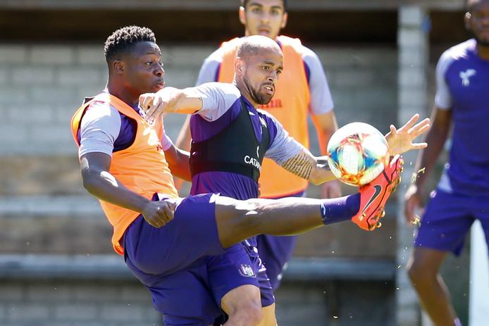 Sidney Sam (m) op de training bij Anderlecht in duel met Jeremy Doku.