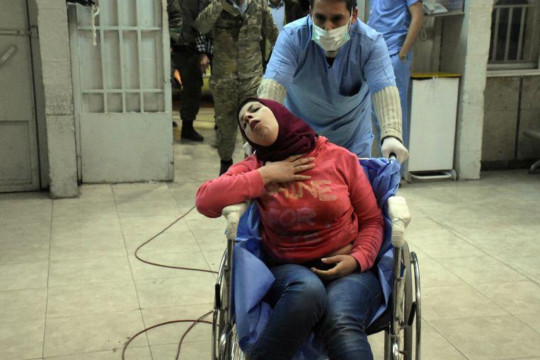 In deze door Syrische staatsmedia vrijgegeven foto's zou te zien zijn hoe inwoners van Aleppo in het ziekenhuis behandeld worden na een gifgasaanval door Syrische rebellengroepen.