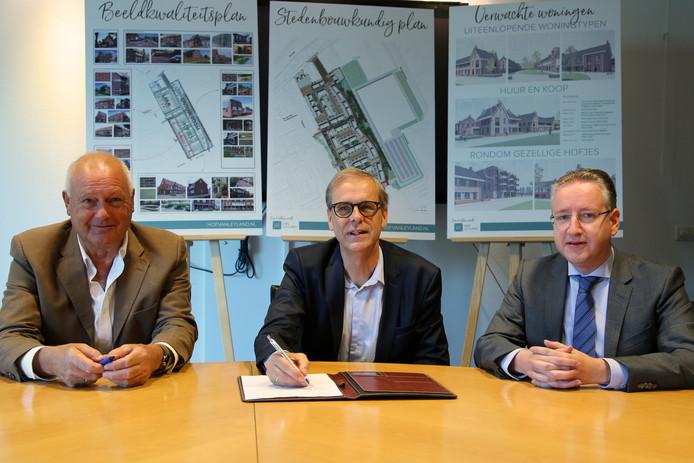 Ondertekening woningbouw terrein Den Oudsten door wethouder tymon de Weger (midden) met vertegenwoordigers van De Vries en Verburg