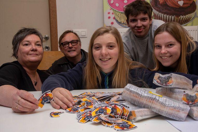 Archiefbeeld: Met haar actie Badges voor Australië verkocht Dahlia meer dan 20.000 badges. Katrien en Marc (iBadge) zorgen voor de productie. Amber en Matisse helpen mee met het verwerken.