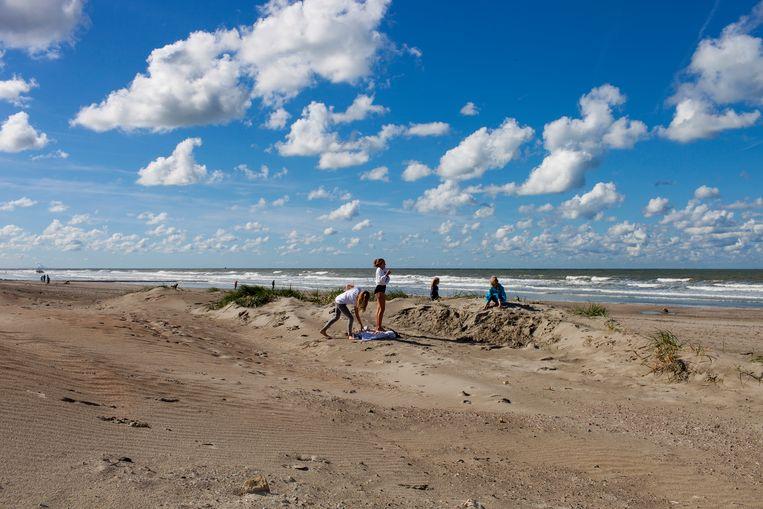 Het strand van Nieuwpoort. Ooit, lang geleden, woedde hier de veldslag tussen het Staatse en het Spaanse leger.  Beeld Renate Beense