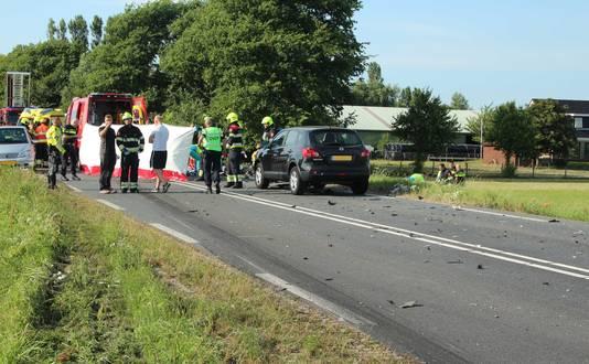 Hulpdiensten bij een ernstig ongeval met een vrachtwagen en een personenauto op de N203 tussen Uitgeest en Castricum.