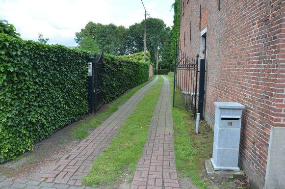 De buurtweg of 'sentier' start op de grasstrook die loopt over de oprit van de familie Van Goethem aan de Bautschoot.