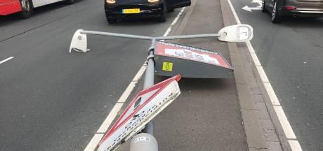 Lantaarnpaal in Rosmalen buigt voor harde wind