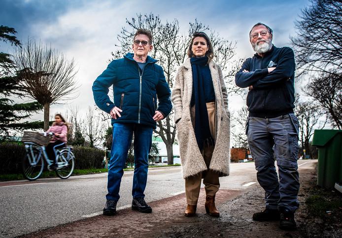 Bewoners Arie van de Merwe, Esther Noot en Jaap Torenvlied (vlnr) zijn de onveilige situatie op de Blaaksedijk zat.