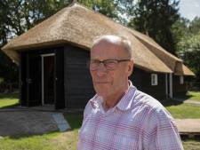Oud-aannemer Jansman doet Luttenberg een zelfgebouwde schaapskooi cadeau