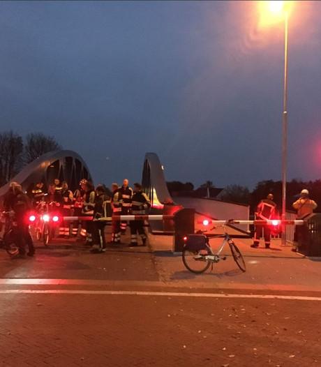 Vrachtschip ramt gloednieuwe brug in Groningen