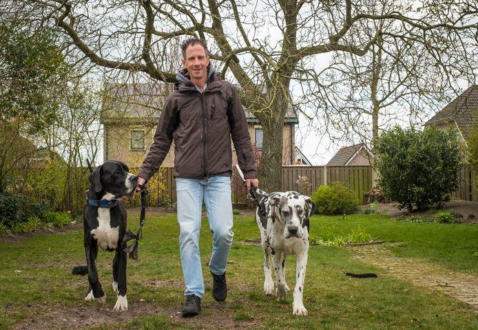 Johan Neevel van het Sociaal Team Oldebroek heeft zijn handen letterlijk vol als hij zijn eigen honden uitlaat. Mensen die in de coronatijd niet zelf hun hond kunnen uitlaten kunnen die vraag sinds deze week neerleggen bij het meldpunt OldebroekCoronahulp.