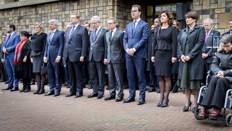 Ministers en staatssecretarissen houden namens het kabinet een minuut stilte bij de ambassade van Frankrijk in Den Haag. Beeld anp