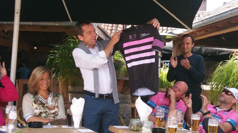 Jan Dumery presenteerde recent nog het nieuwe wielertruitje van de wielerclub.