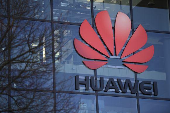 Het logo van Huawei op hun Britse hoofdkantoor in Reading.