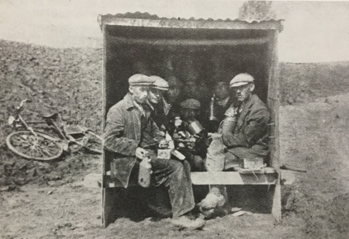 Arbeiders van de werkverschaffing bij de Maaskanalisatie in hun schafkeet (ca. 1935)
