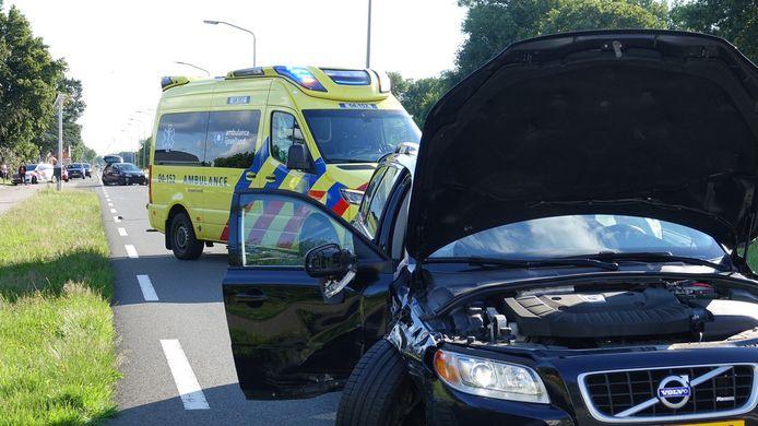 De auto van de zwangere vrouw (voorgrond) kwam in botsing met een zwarte volkswagen (achtergrond).