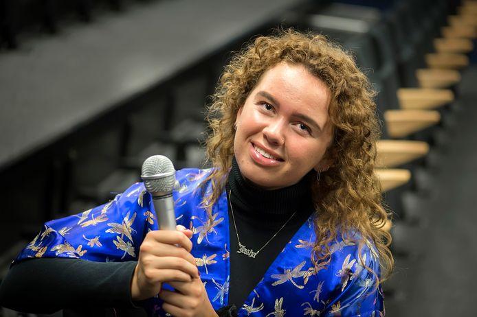 """Jasha Elaine wil mensen raken met haar muziek. ,,Ik vind het mooi als ik met mijn liedjes bij veel mensen een lach op het gezicht kan toveren."""""""