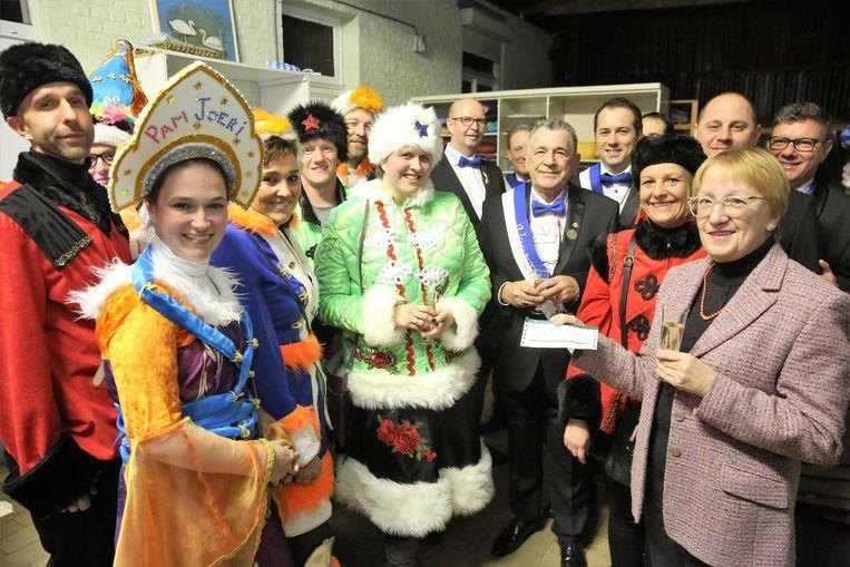 De kandidaat-prinsenparen overhandigden samen met het bestuur van Halattraction een cheque van 1.500 euro aan de mensen van het Centrum voor Menswelzijn.