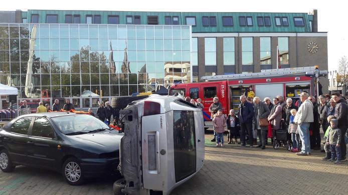 Drukte op de open dag van de gemeente Cuijk bij een demonstratie van de brandweer.