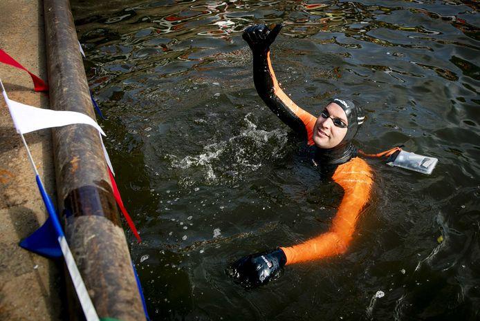 De langeafstandszwemmer legt 200 kilometer af om geld in te zamelen voor kankeronderzoek.