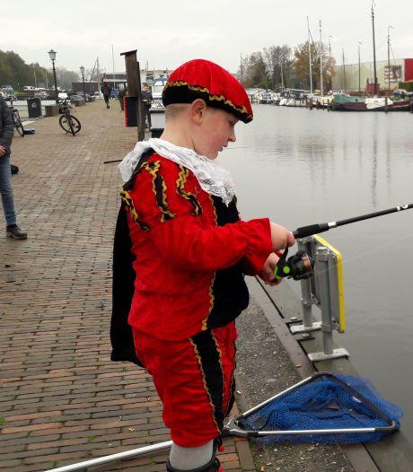 Tygo vist in haven Elburg waar dé Sint vandaag aanmeert: maar waar is 'ie nou?
