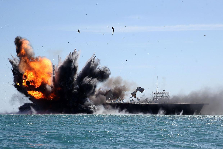 Tijdens een militaire oefening in de Perzische Golf in 2015, laat de Revolutionaire Garde van Iran zien hoe het vijandelijke schepen kan vernietigen. Iran vernietigde de afgelopen jaren ook een model van een Amerikaans vliegdekschip, als waarschuwing richting Washington.