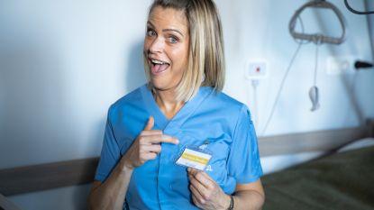 """Karen Damens eerste draaidag als zorgkundige in 'Familie': """"Gelukkig moest ik geen Crocs dragen"""""""