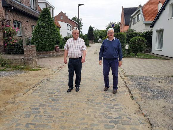 Ronald Petit (links) en zijn buurman Danny in de Landhuizenweg. Zij vinden dat de kasseibaan niet hersteld is zoals het hoort na de werken.