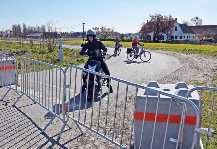 Grensafsluiting aan de Molenstraat bij Zelzate, begin april.