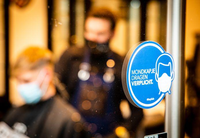 Het dragen van een mondkapje is vanaf 1 december verplicht in publieke ruimtes. Oók bij de kapper moet je hem als klant op.